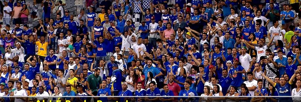 Paulo Bento recebe apoio da torcida no jogo de estreia dele no Cruzeiro