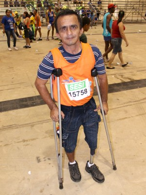 Clóvis utiliza muletas e tem perna mecânica.  (Foto: Gustavo Arakaki/ G1 MS)