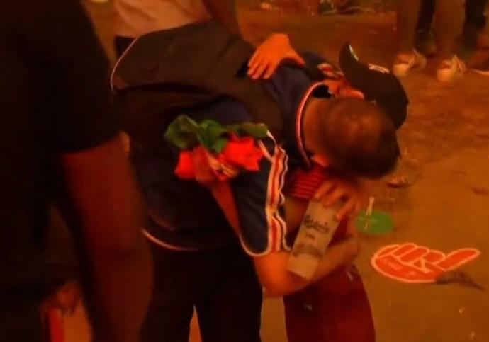 Menino português abraça torcedor francês (Foto: Reprodução)