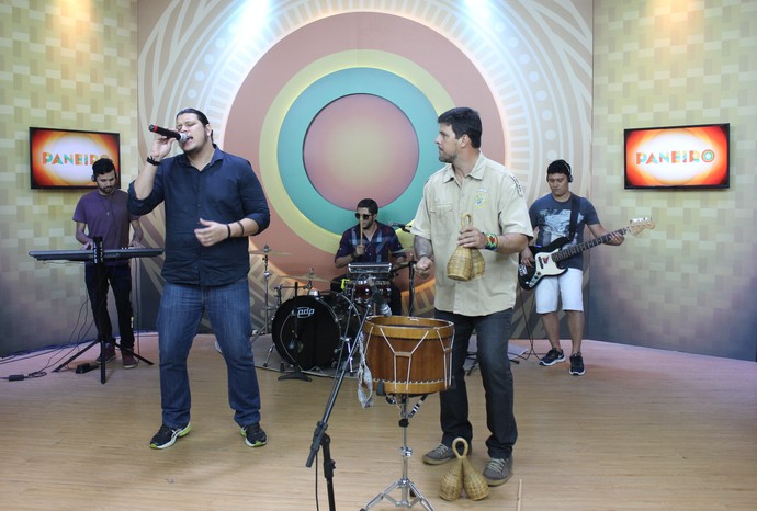 Banda Moovee e cantor Salomão Rossy fazem a mistura do 'Paneiro'  (Foto: Katiúscia Monteiro/ Rede Amazônica)