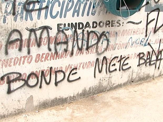 Nos muros do bairro Andorinhas é possível ver ameaças (Foto: Reprodução/TV Gazeta)