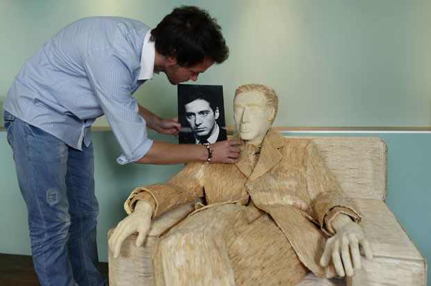 Tomislav Horvat fez uma escultura em tamanho natural do ator Al Pacino com palitos de fósforo (Foto: Antonio Bronic/Reuters)