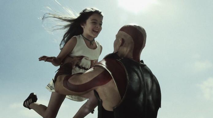 Kratos com a filha retratados no live action de GoW: Ascension (Foto: Divulgação)