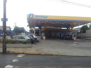 Assalto aconteceu em posto de gasolina do bairro Paulicéia, em Piracicaba (Foto: Luiz Felipe Leite / G1)