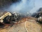 Bombeiros combatem incêndio em ferro velho em Montes Claros