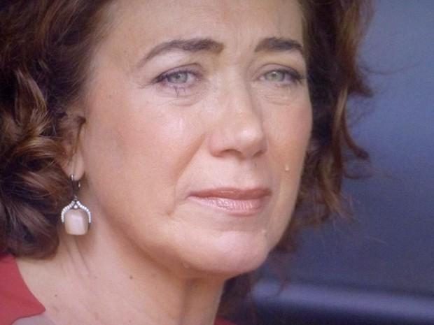 Marta se emociona ao ver a situação do marido (Foto: TV Globo)