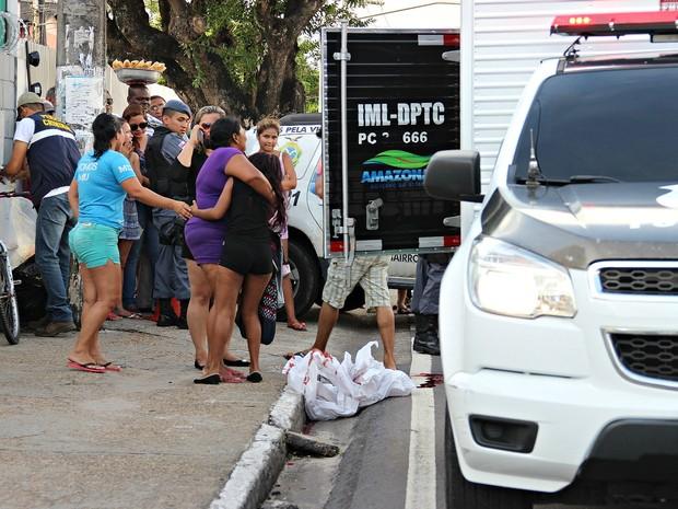 Familiares de vítima choram no local do acidente (Foto: Ísis Capistrano/ G1 AM)