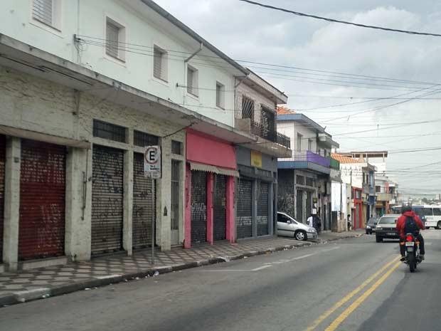 Lojas fechadas na região do Parque Edu Chaves (Foto: Tatiana Santiago/G1)