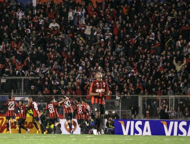 jogadores gol Atlético-PR  (Foto: Joka Madruga / Futura Press)