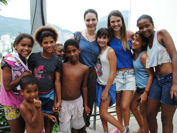 Com o elenco, que fez questão de tirar foto com todos (Foto: Malhação / Tv Globo)