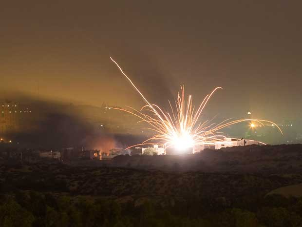 Foguete israelense é disparado no norte da Faixa de Gaza no início na madrugada desta sexta-feira (18). (Foto: Amir Cohen / Reuters)