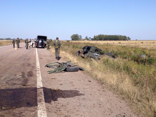 Dois militares morreram e sete ficaram feirdos em acidente no Sul do RS (Foto: Nathalia Kiing/RBS TV)
