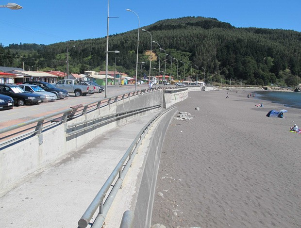 Concepcion - Muro construído na praia após a tudo ter sido varrido pela tsunami (Foto: Rafael Cavalieri)