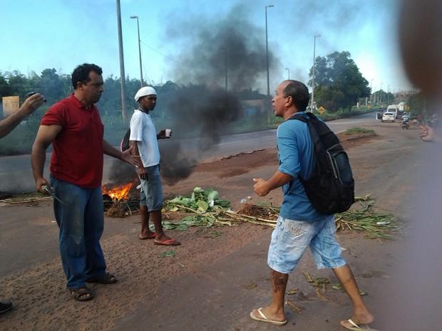Pequeno grupo tenta interditar rodovia no Maracanã (Foto: Domingos Ribeiro/Mirante AM)