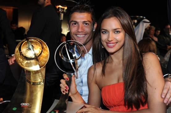 Cristiano Ronaldo e namorada em congresso nos Emirados (Foto: Reprodução / A Bola)