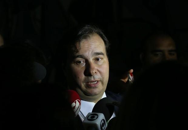 O presidente da câmara dos Deputados, Rodrigo Maia (DEM-RJ), fala com jornalistas após sessão que votou endividamento dos estados (Foto: Wilson Dias/Agência Brasil)