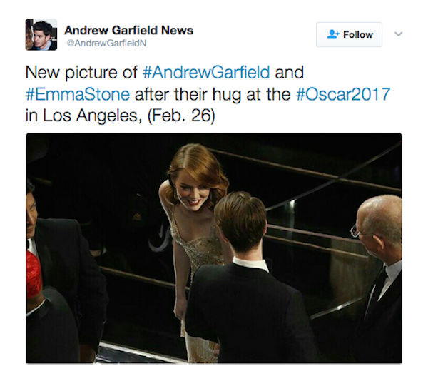 Andrew Garfield e Emma Stone conversando durante o Oscar 2017 (Foto: Twitter)