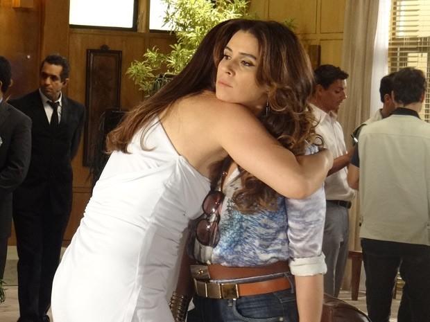 Lívia faz vítima e chora no ombro de Helô (Foto: Salve Jorge/TV Globo)