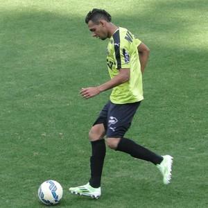 Mansur, lateral-esquerdo do Atlético-MG, em treino na Cidade do Galo (Foto: Léo Simonini/GloboEsporte.com)