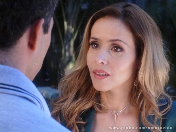 Glauce fica surpresa ao saber que Ninho anda rondando o hospital (Foto: Amor à Vida / TV Globo)