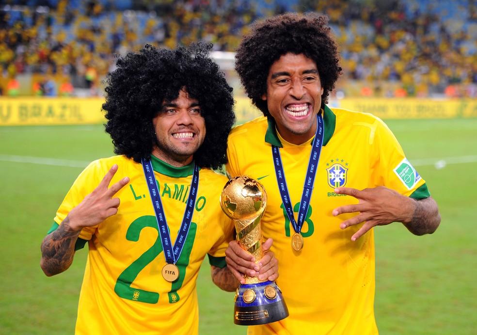 Daniel Alves com a taça da Copa das Confederações de 2013, ao lado do zagueiro Dante (Foto: Getty Images)