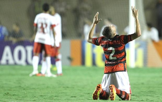Adriano, Atlético-go e Internacional (Foto: Adalberto Marques / Agência Estado)