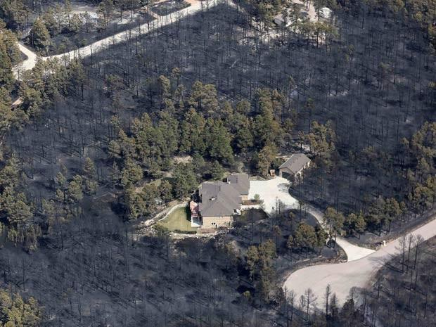 Casa é a única intacta no Colorado após incêndio (Foto: Reuters)