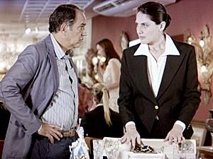 Virgílio fica preocupado com o sumiço e chama Helena (Foto: Em Família/TV Globo)