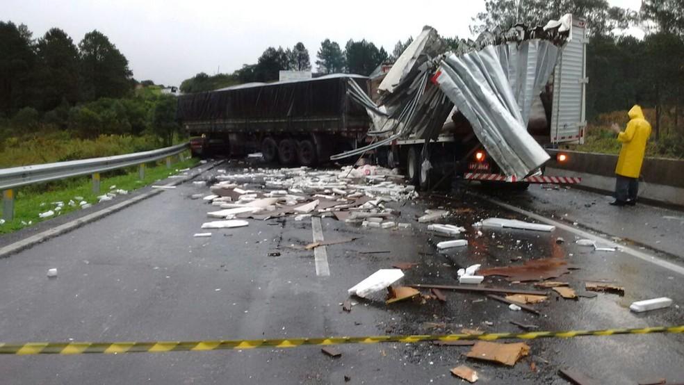 Vários caminhões se envolveram no acidente (Foto: Rodrigo Brito/RPC)