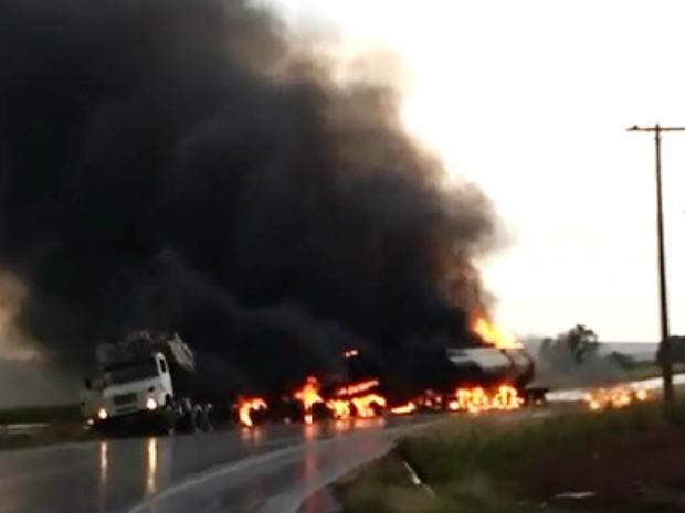 Motorista não conseguiu deixar a cabine do caminhão e morreu carbonizado (Foto: Reprodução/EPTV)