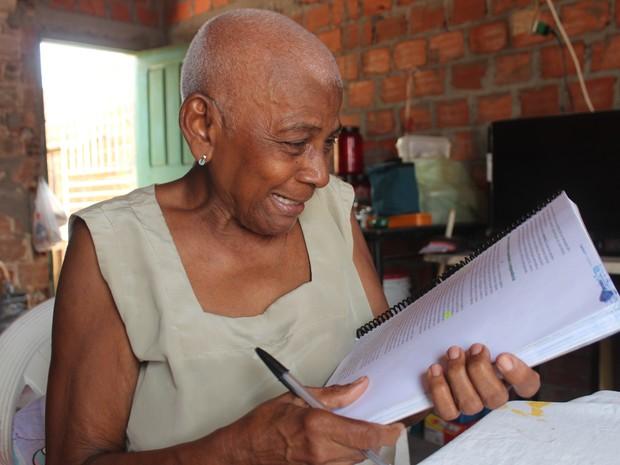 Osmarina Duarte fez cursos preparatórios e estuda em casa sozinha (Foto: Fernando Brito/G1)