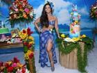 Viviane Araújo usa look 'havaiano' e chora em festa surpresa de fã-clube