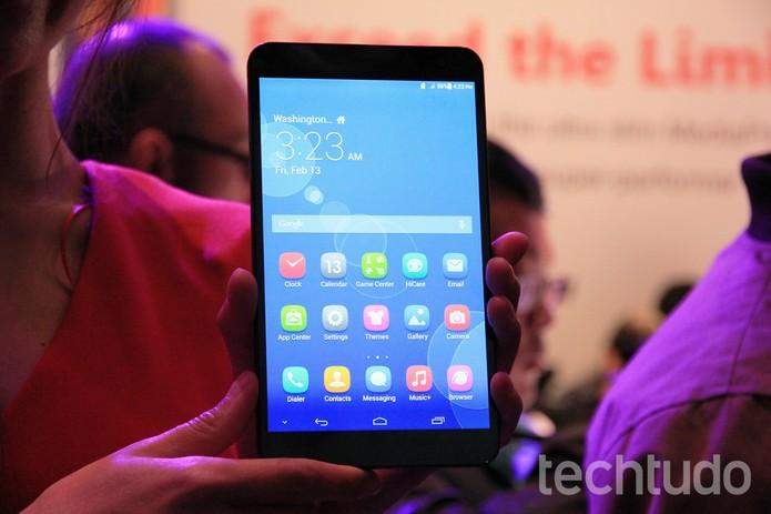 Grandalhão e meio desajeitado, o MediaPad X1 é grande aposta da Huawei (Foto: Isadora Díaz/TechTudo)