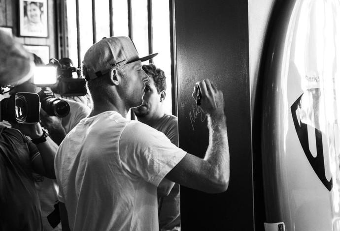 Mick Fanning, maior vencedor em Hossegor, na França, com quatro títulos, assina nome na parede durante coletiva de imprensa da etapa do Circuito Mundial de Surfe  (Foto: WSL / Kirstin Scholtz)