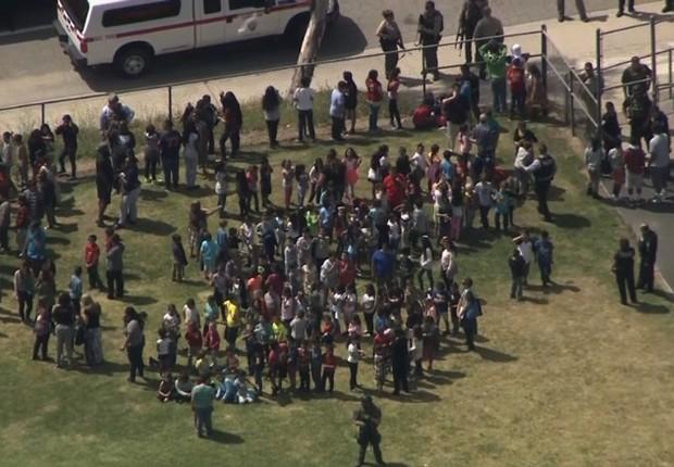 Vista aérea dos alunos de uma escola em San Barnardino, onde houve um tiroteio (Foto: Reprodução/CNN)