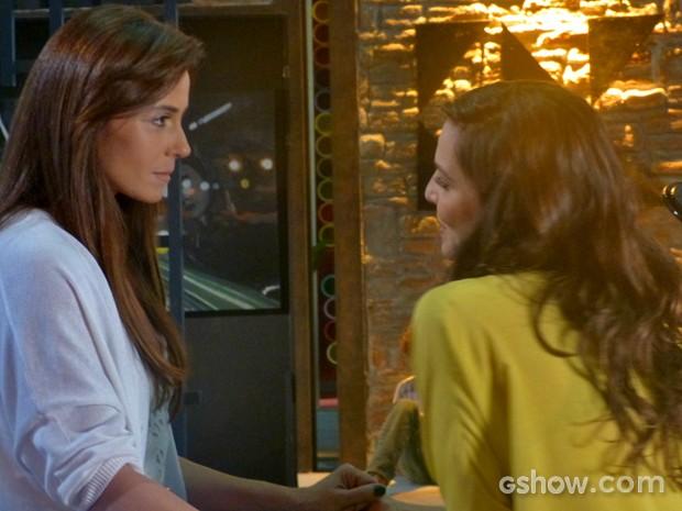 Clara e Marina se reencontram e fotógrafa confessa que sente saudades (Foto: Em Família/ TV Globo)