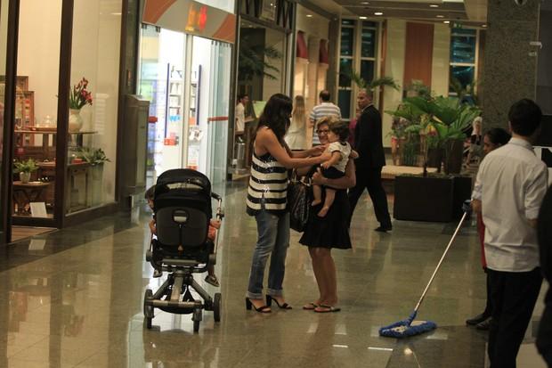 Juliana Paes com a mãe e os filhos (Foto: Delson Silva/Agnews)