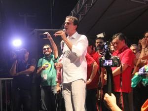 Camilo Santana discurso em ato contra o impeachment (Foto: Andre Teixeira/G1)