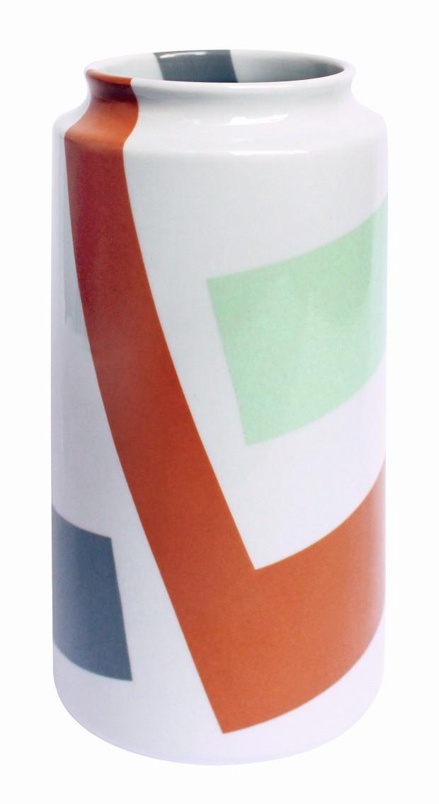 Vaso. Recorte Cinza, Verde Celadon e Ocre Alaranjado, de porcelana e esmalte, 12 x 25 cm. No site do artista, R$ 130 (Foto: Divulgação)