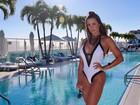 Fernanda D'avila mostra corpaço à beira de piscina em Miami