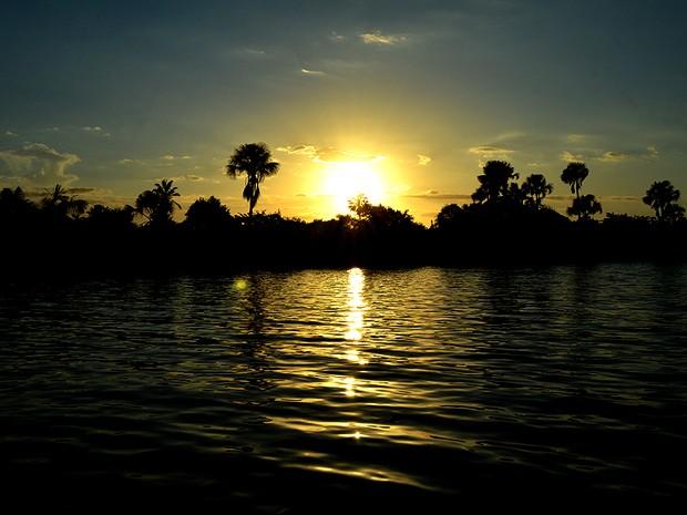 Pôr do sol desde o rio Preguiças (Foto: Maurício Araya / G1)