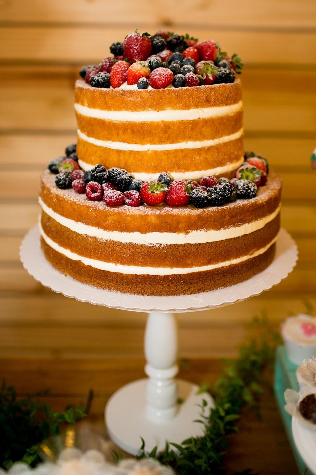 Naked cake com massa amanteigada de baunilha, recheio de doce de leite e frutas vermelhas frescas, da confeitaria Feito com Amor (Foto: Reprodução / Karin Michels Photography)