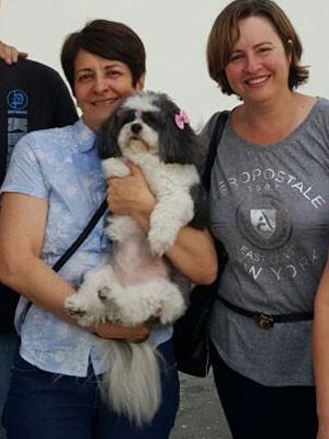 Cadelinha Mel e as duas mães de seus donos, na delegacia (Foto: Acervo pessoal/Agamenon Gonçalves)