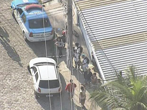 Cabeça foi deixada em mochila frente ao imóvel na Rua Laura Dias, em Realengo (Foto: Reprodução / TV Globo)
