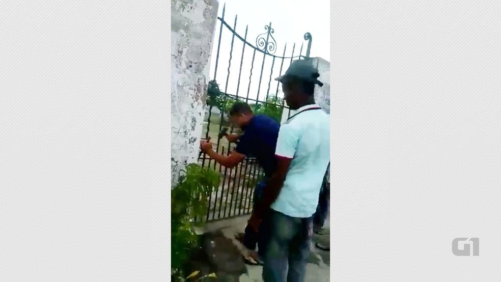 Resultado de imagem para Família arromba cadeado de cemitério para enterrar criança na Paraíba