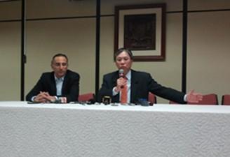 Eduardo Cury (esquerda), prefeito, e Luiz Moan (direita) em coletiva hoje na Prefeitura de SJC (Foto: Suellen Fernandes/G1)