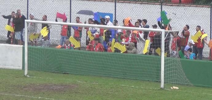 Torcida da Portuguesa Santista indica o caminho do gol (Foto: Reprodução / TV Tribuna)