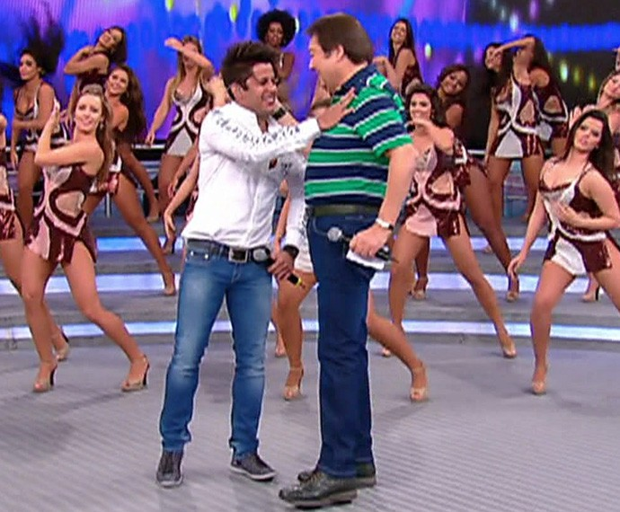 Cristiano Araújo com o Faustão no palco do programa (Foto: TV Globo)