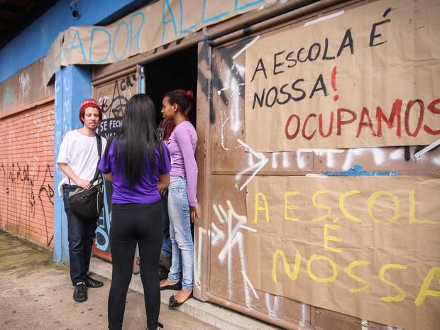 Estudantes ocupam a Escola Estadual Salvador Allende, no bairro José Bonifácio, na zona leste de São Paulo, em ato contra reestruturação do ensino do governo Geraldo Alckmin (Foto: Ale Vianna/Eleven/Estadão Conteúdo)