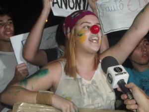 Estudante Daniela diz que a polícia teria utilizado de spray de pimenta contra os manifestantes em Coronel Fabriciano (Foto: Patrícia Belo / G1)